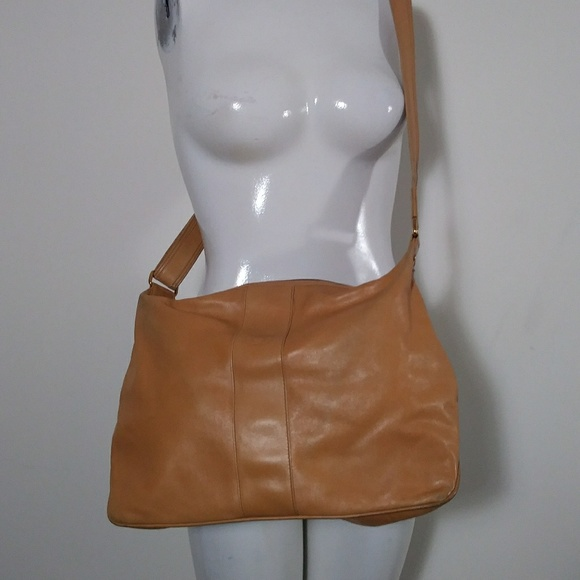 Gucci Handbags - Vintage Gucci leather shoulder purse camel color
